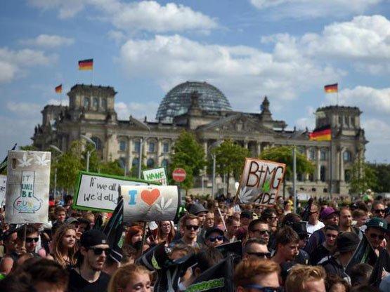 In Berlin startet die 20. Hanfparade. Foto: Britta Pedersen/dpa
