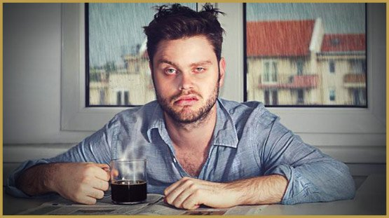 homme-prenant-un-cafe