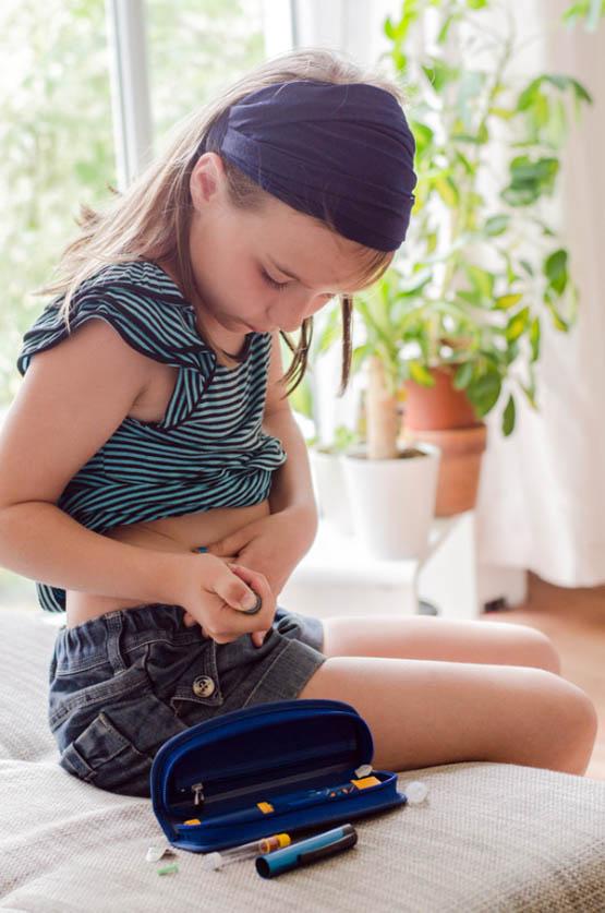 Mdchen beim Insulin spritzen