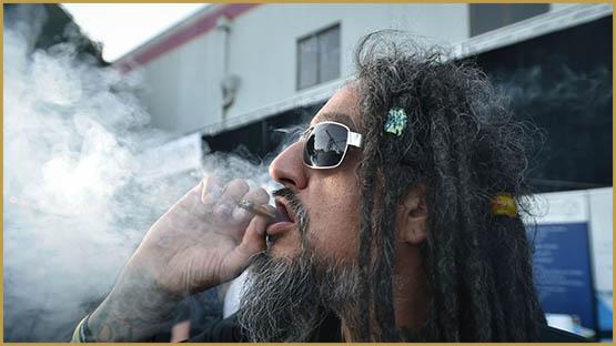 un-homme-fume-un-joint-a-une-competition-de-cannabis-a-portland-en-oregon-le-4-octobre-2015_5450319