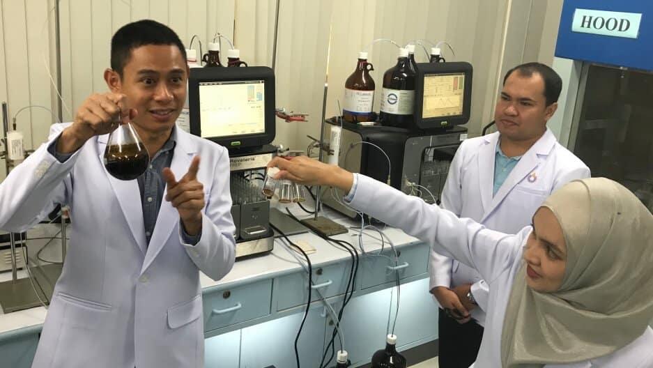 In Tailandia non esiste l'industria della marijuana. Alcuni mesi fa, tuttavia, le autorità hanno tranquillamente permesso agli scienziati di istituire il primo laboratorio di cannabis nel paese - uno dei pochi laboratori legali del suo genere in Asia. Ricercatori tailandesi della Rangsit University stanno mostrando oli di THC che hanno distillato dalla marijuana fornita dall'ufficio antidroga del paese.